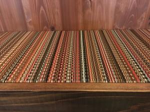 42.アースカラー椅子の画像